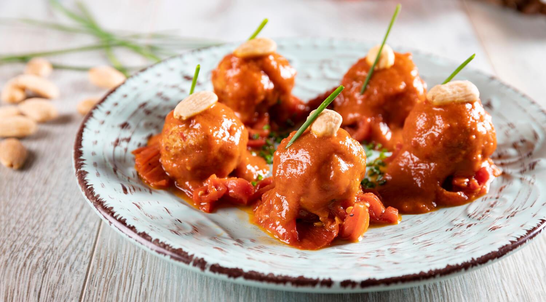 albóndigas en salsa con piquillos confitados