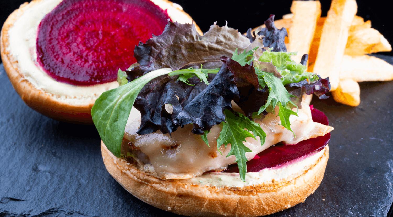 hamburguesa con brotes y especias al estilo marroquí