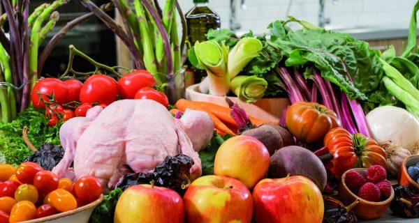 Bodegón de alimentos, frutas, verduras y pollo fresco