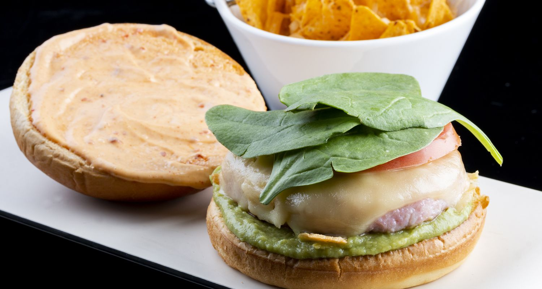 hamburguesa de pollo con pimentón, guacamole y espinacas