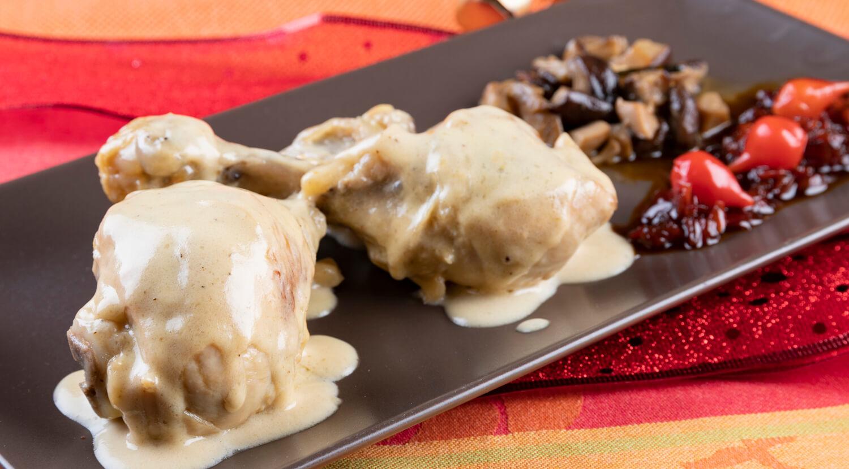 plato con dos jamoncitos de pollo al cava y guarnición