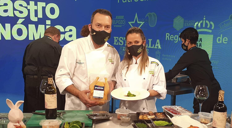 cocineros en Murcia Gastronómica 2020 con plato de pollo Pujante