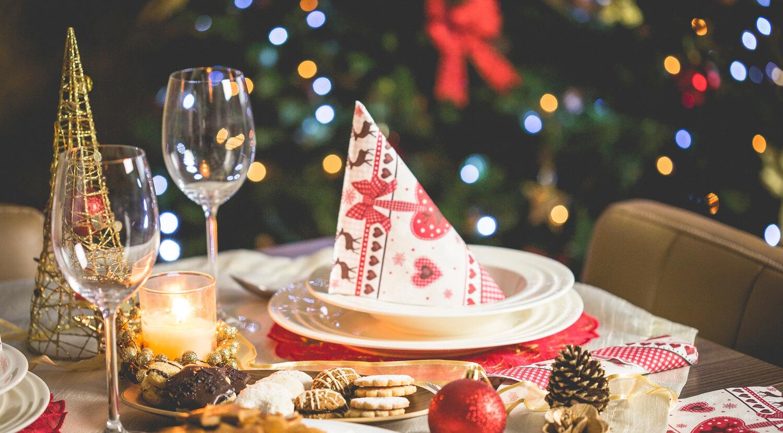 Mesa decorada con motivos rojos en Navidad
